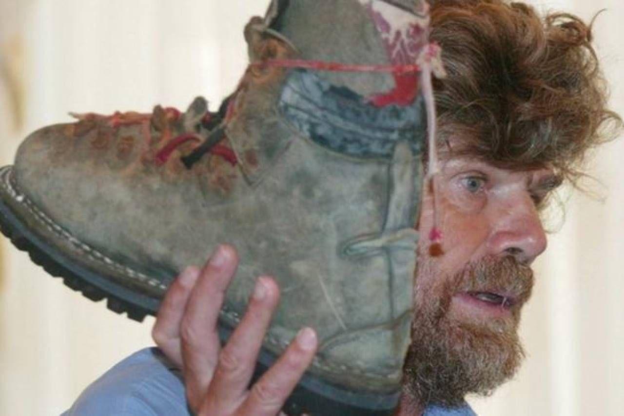 Reinhold Messner con lo scarpone del fratello ritrovato sul Nanga Parbat