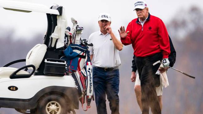 Il presidente Donald Trump gioca a golf (Ansa)