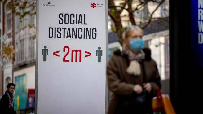 Coronavirus, avvisi sul distanziamento a Londra (Ansa)
