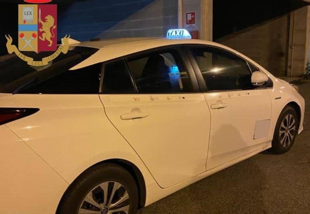Gli agenti hanno sequestrato sia la droga che il taxi del conducente-corriere