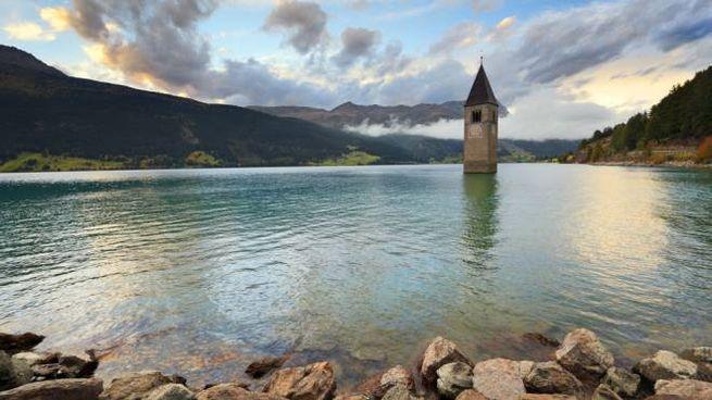 Il campanile sommerso dal lago artificiale di Resia