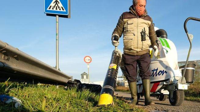 Massimo Ruisi con il potente macchinario che ha utilizzato per pulire la ciclabile