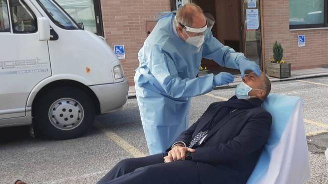 Il vice presidente delle Terme di Sarnano, Alessandro Rocchetti, si sottopone al test