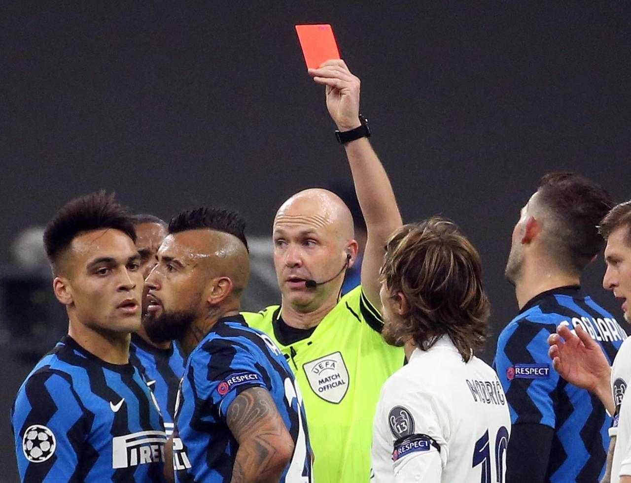 L'espulsione di Vidal al 33' che ha reso quasi impossibile la rimonta dell'Inter