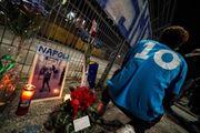 Napoli piange Maradona: tifosi fuori dalla stadio San Paolo (Ansa)