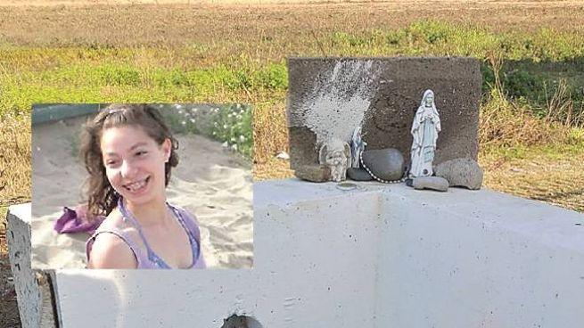 Il monumento posto a Chignolo d'Isola, nel riquadro Yara sorridente