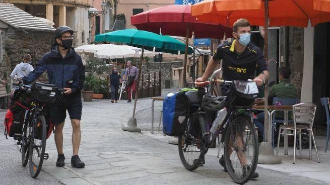 Ciclisti con la mascherina alle Cinque Terre
