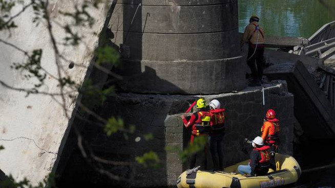 Il ponte crollato e le verifiche dei vigili del fuoco