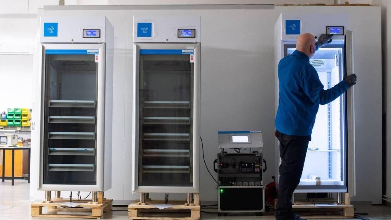 Un tecnico controlla i congelatori nel laboratorio di Berlino per conservare i vaccini
