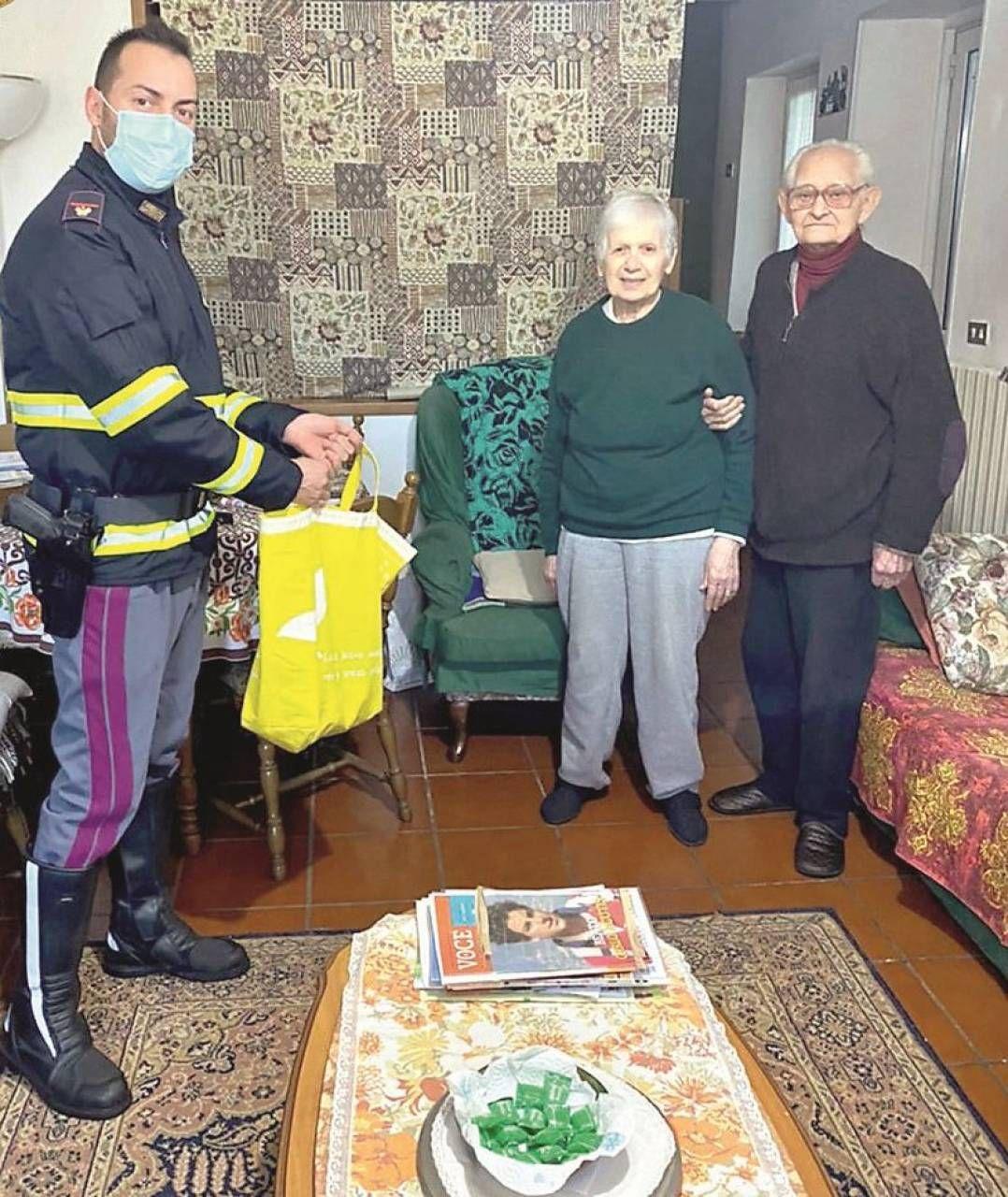 L'agente scelto della Polizia stradale Giuseppe Virgilio con Lucia e Romeo Erba