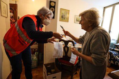 Volontari Humanitas consegnano a domicilio medicinali e spesa