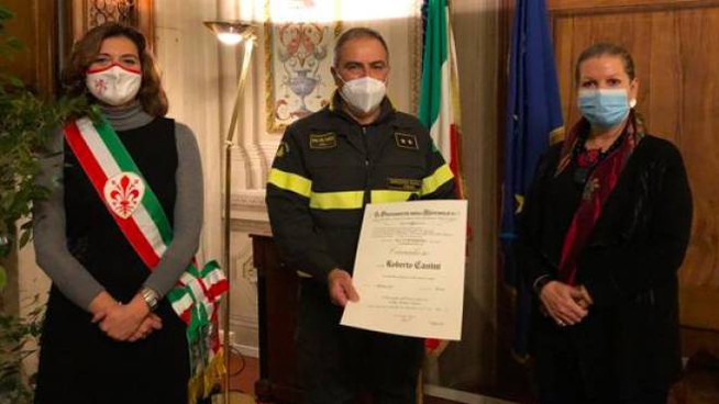 La consegna dell'attestato al vigile del fuoco Casini