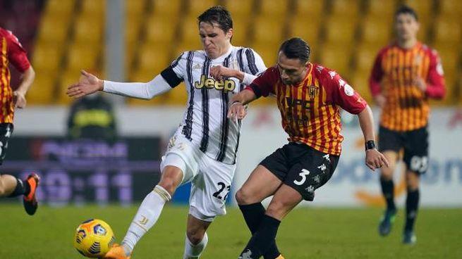 Chiesa contrasta Letizia, autore del gol dell'1-1 del Benevento (Ansa)