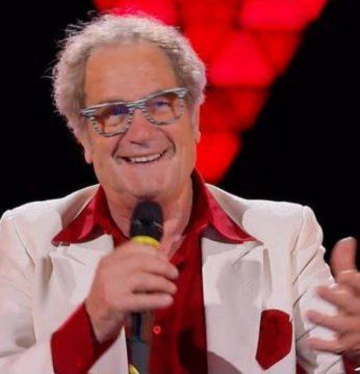 Tony Reale durante la prima puntata di The Voice Senior Sotto mentre canta con Albano