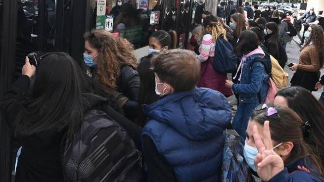 Gli autobus troppo affollati all'ingresso e all'uscita da scuola restano un problema