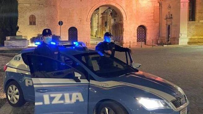 La volante della Polizia davanti all'arco di Augusto
