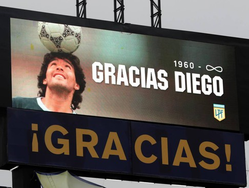 L'omaggio a Maradona prima del match argentino Boca Juniors-Newell's Old Boys