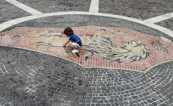 L'area dove dovrà essere spostata la fontana dei leoni in piazza della Repubblica