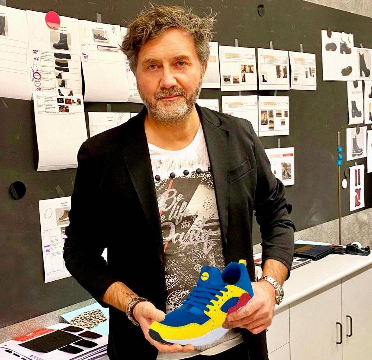 Roberto Guzzonato, 55 anni, ha lo studio a Stra, nel Veneziano. È cresciuto tra le scarpe del calzaturificio del papà. La scarpa Lidl è stata creata ad Hong Kong
