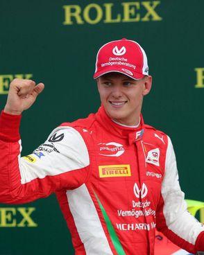 Mick Schumacher, 21 anni, è in testa al campionato di F2 ed è il favorito per il titolo a due gare dalla fine. A destra il padre Michael, 51 anni, ai tempi dei trionfi in Ferrari