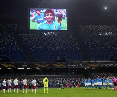 L'omaggio a Diego Armando Maradona nello stadio San Paolo in occasione della prima partita disputata, contro il Rijeka in Europa League, dopo la morte del Pibe: lo stadio da ieri porta ufficialmente anche il suo nome