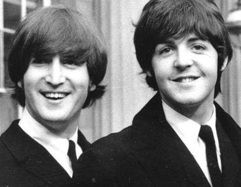 I giovani Beatles John Lennon (. 9 ottobre 1940 - 8 dicembre 1980) e Paul McCartney, 78 anni compiuti a giugno