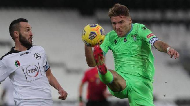 Spezia-Lazio, Immobile stoppa un pallone pressato da Terzi (Ansa)