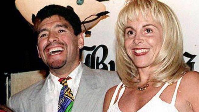 Maradona con la moglie Claudia (Ansa)