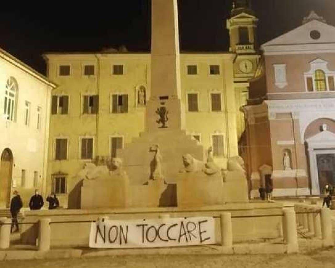 Lo striscione di protesta comparso ieri sera sulla Fontana del Leone