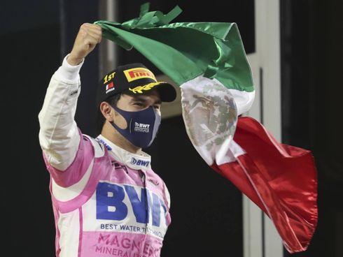 Sergio Perez, 30 anni, sale sul podio sventolando la bandiera del Messico. Sotto, il rammarico di Charles Leclerc