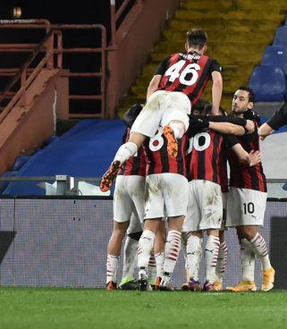 Il Milan festeggia l'1-0 di Kessie: otto vittorie e due pari in dieci gare di campionato