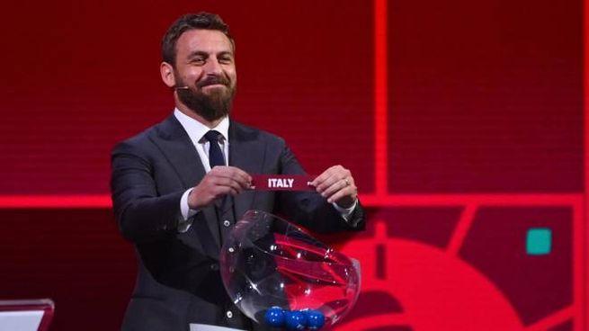 Daniele De Rossi pesca l'Italia nel sorteggio Mondiale (Ansa)