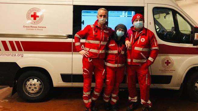 Roberto, Antonella e Domenico con l'ambulanza che ha viaggiato fino in Bulgaria