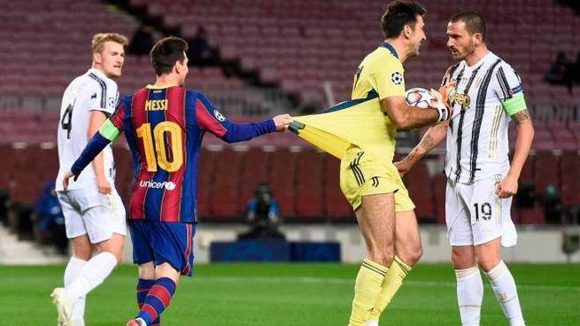Messi trattiene la maglia di Buffon (Ansa)