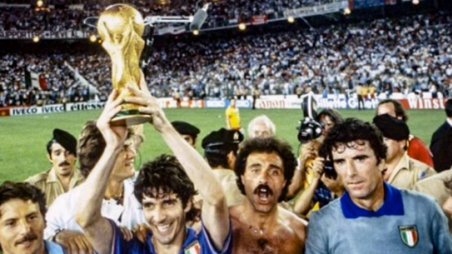 Paolo Rossi alza la coppa del mondo nel 1982
