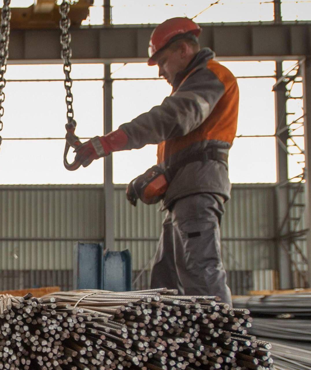 Un operaio al lavoro nello stabilimento Arcelor Mittal di Taranto