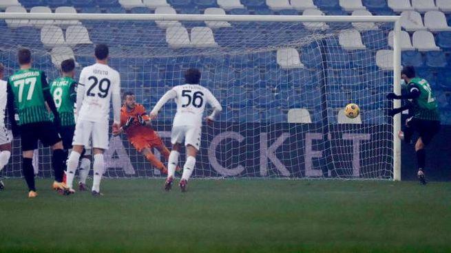 Il rigore di Berardi che ha deciso Sassuolo-Benevento (Ansa)