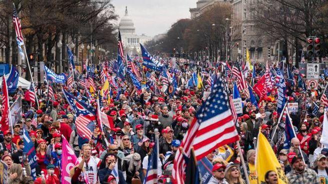 I sostenitori di Trump marciano a Washington (Ansa)