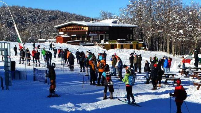 Ieri in tanti si sono riversati sulle piste di sci nordico. In alto a destra Luciano Magnani, presidente del Consorzio del Cimone