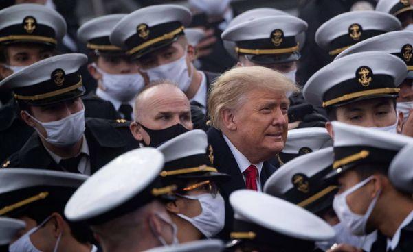 Donald Trump, 74 anni, presidente uscente degli Usa: la foto lo immortala. durante una visita a West Point senza mascherina (che si è tolto anche se per pochi minuti)