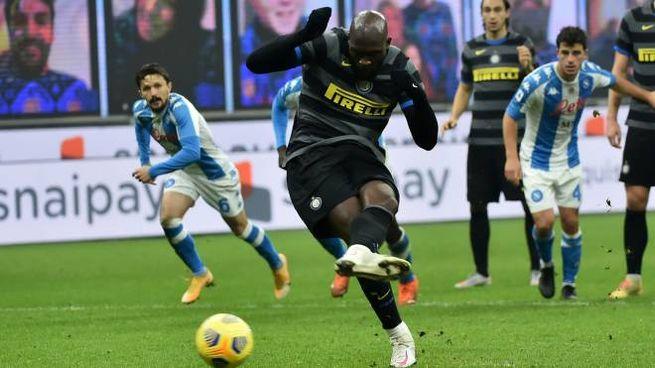 Lukaku realizza il rigore decisivo per l'Inter contro il Napoli (Liverani)