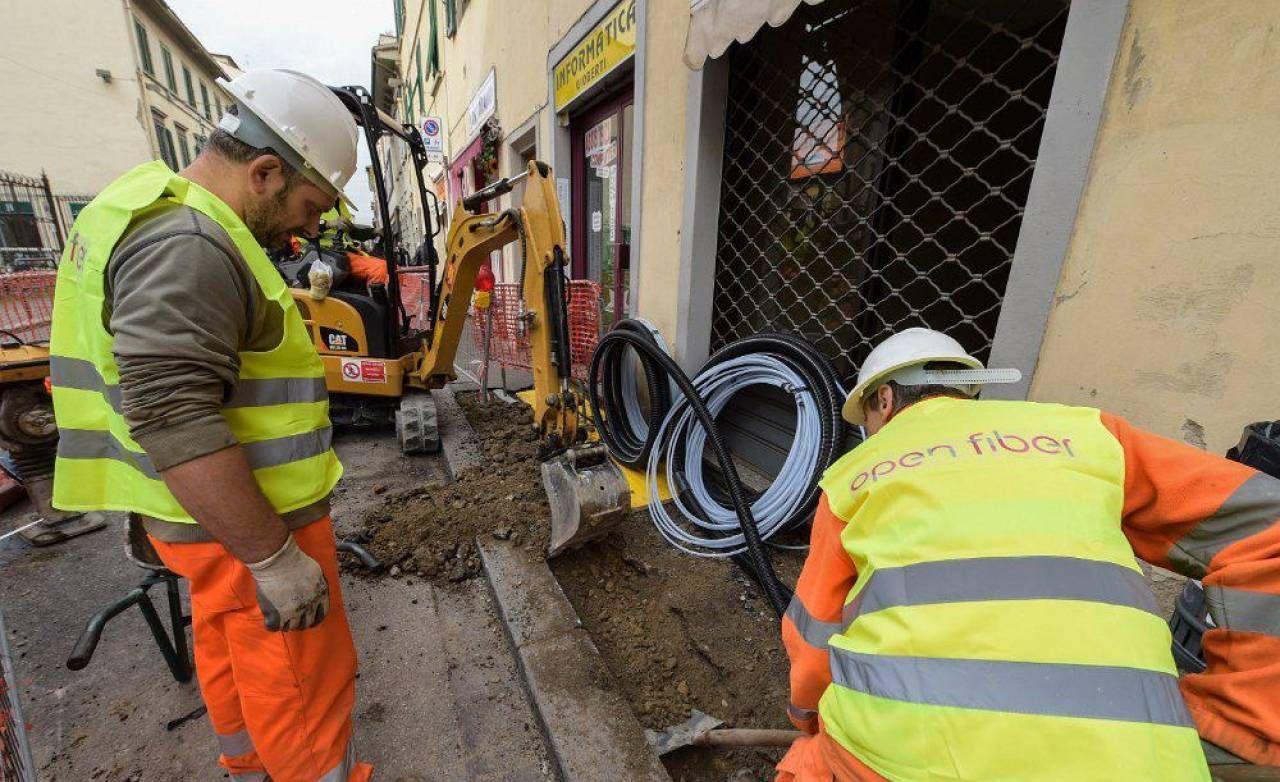 Operai di Open Fiber al lavoro per la posa della fibra ottica nelle città