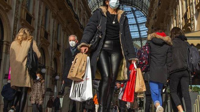 Shopping a Milano. L'obiettivo del governo con un calendario di divieti variabile. è quello di non deprimere i consumi