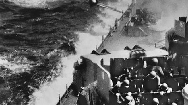 I kamikaze attaccano la Quinta Flotta americana nel corso di una battaglia durante la seconda guerra. mondiale