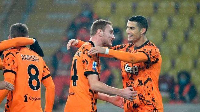Kulusevski abbraccia Cristiano Ronaldo (Ansa)