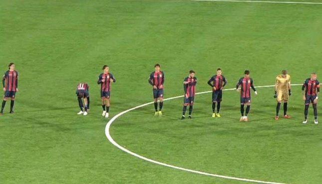 L'incredibile scena immortalata dalle telecamere di Sky: i nove calciatori della Casertana prima del calcio d'avvio del match, poi perso contro 3-0 la Viterbese