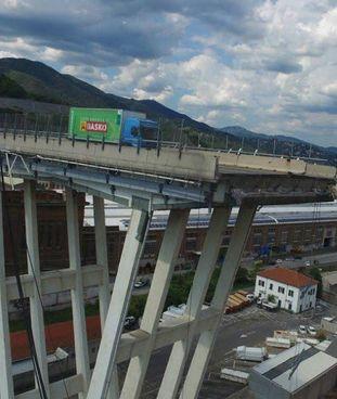 Il ponte Morandi e la foto-simbolo della tragedia, il giorno del crollo avvenuto il 14 agosto 2018