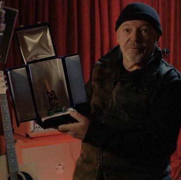 Vasco Rossi (68 anni) ha postato su Twitter la foto con il premio Tenco