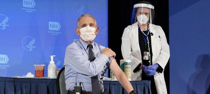 L'immunologo americano Anthony Fauci si è fatto vaccinare in pubblico contro il Coronavirus per dare l'esempio