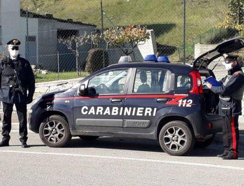 I carabinieri impegnati in un posto di controllo in Appennino